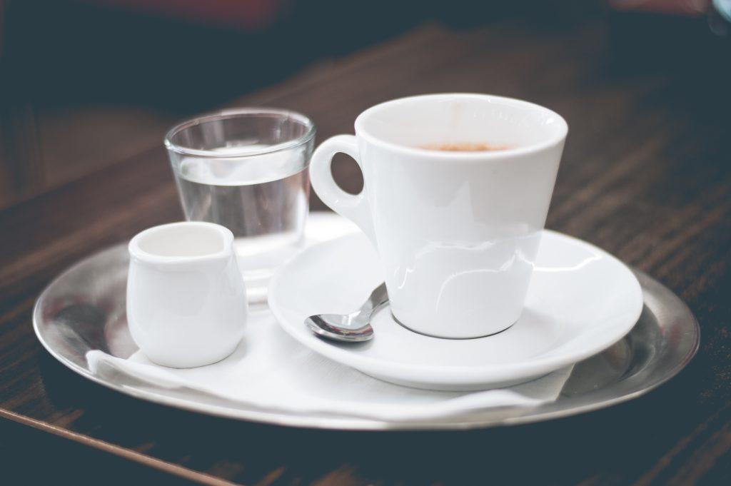 Kava s mlijekom i čaša vode